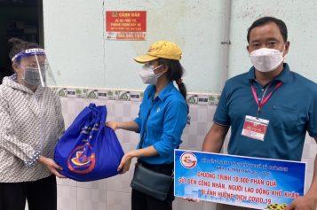 300 suất quà được Tổ đại biểu Hội đồng nhân dân Thành phố Hồ Chí Minh trao tận tay công nhân và người lao động ở trọ